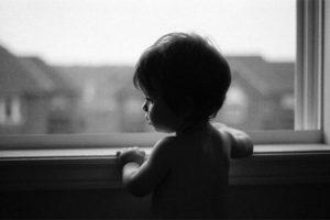 В Миассе из окна квартиры выпал годовалый ребенок